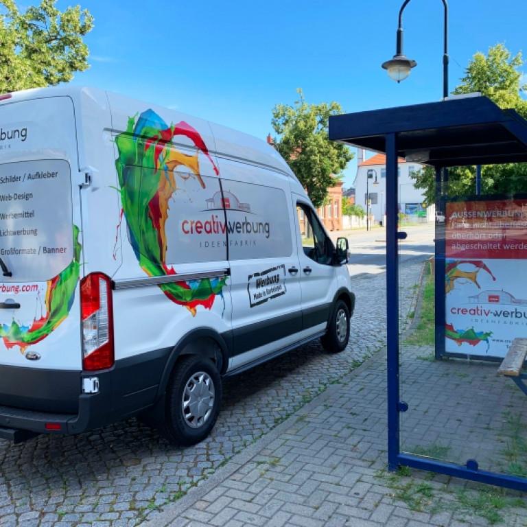 Fahrzeug- und Bushaltestellenwerbung